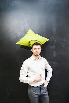 Professeur ou enseignant drôle avec un oreiller comme un chapeau sur la tête