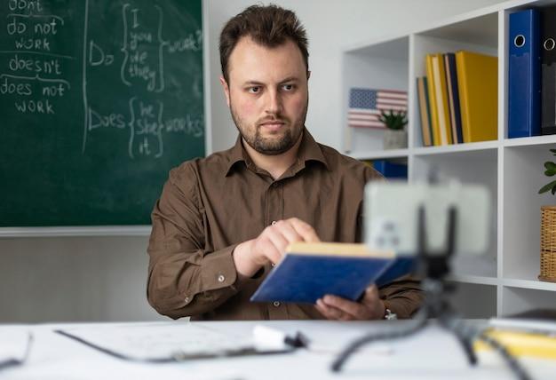Professeur faisant une leçon d'anglais en ligne