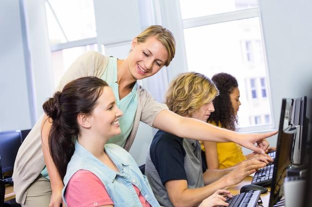 Professeur d'informatique aidant les étudiantes