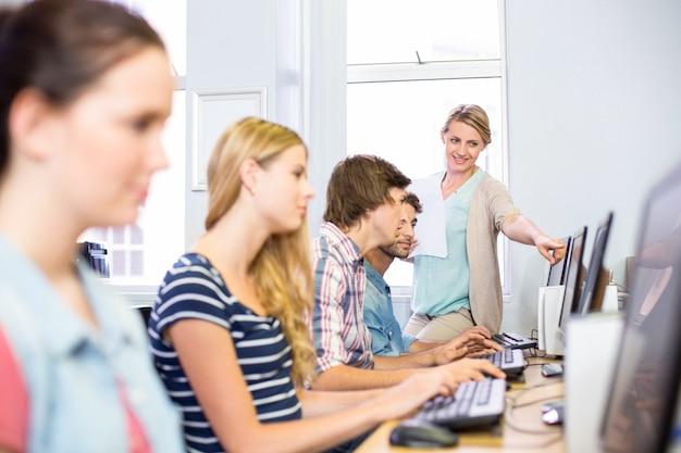 Professeur d'informatique aidant les étudiants