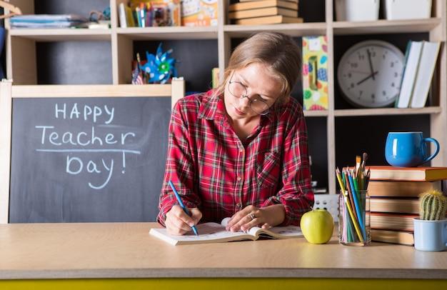 Professeur jolie femme apprécie le processus éducatif en classe. le jour du professeur.