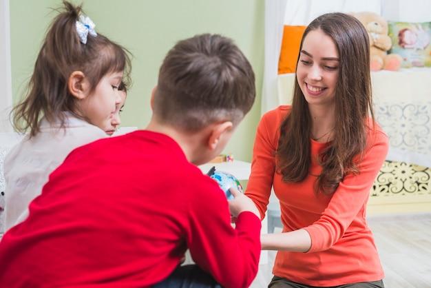 Professeur jouant avec les enfants