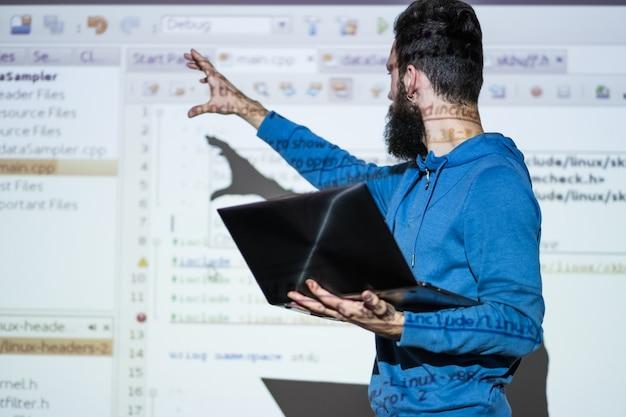 Professeur de lecture à l'université donnant une conférence sur l'enseignement de l'informatique