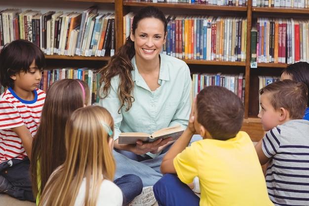 Professeur lisant ses élèves une histoire