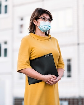 Professeur avec masque en plein air
