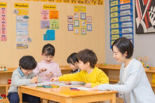 Professeur de maternelle jouant avec des enfants