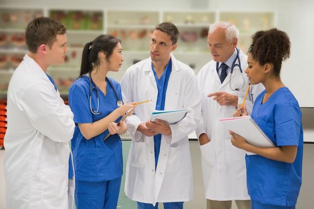 Professeur de médecine parlant avec des étudiants