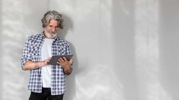 Professeur à mi-tir debout et tenant la tablette avec copie-espace