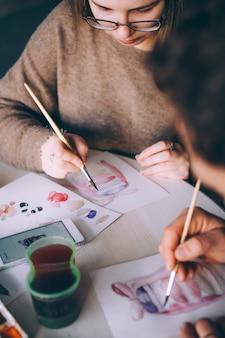 Professeur peintre enseigne la peinture à l'aquarelle