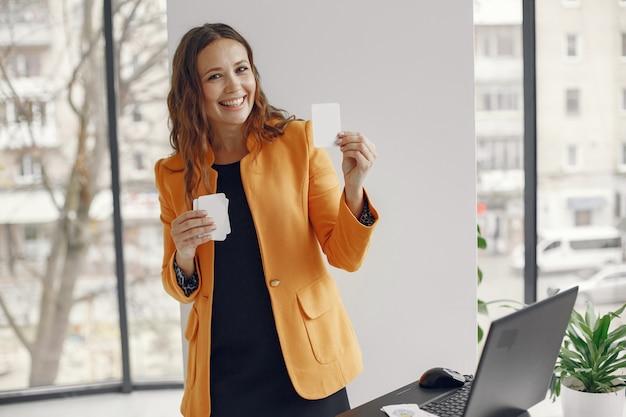 Professeur professionnel de femme. tuteur travaillant à domicile. cours en ligne.