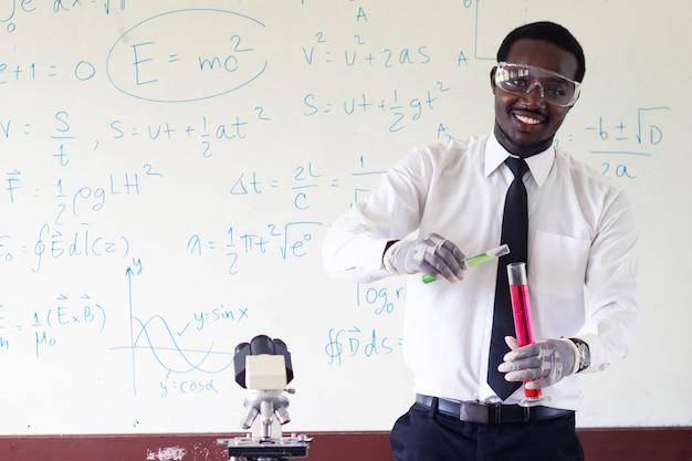 Professeur de sciences debout devant l'enseignement du tableau noir