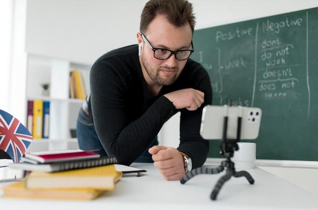 Professeur de sexe masculin faisant une leçon d'anglais en ligne pour ses élèves