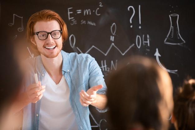 Professeur souriant en classe