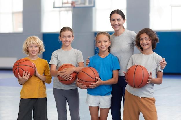Professeur De Sport Avec Ses élèves Photo gratuit