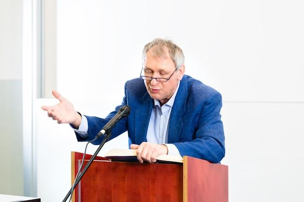 Professeur d'université donnant une conférence