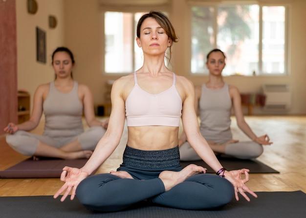 Professeur de yoga chez les préposés à l'enseignement en classe