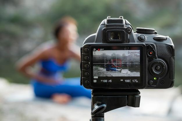 Professeur de yoga féminin enseignant en ligne