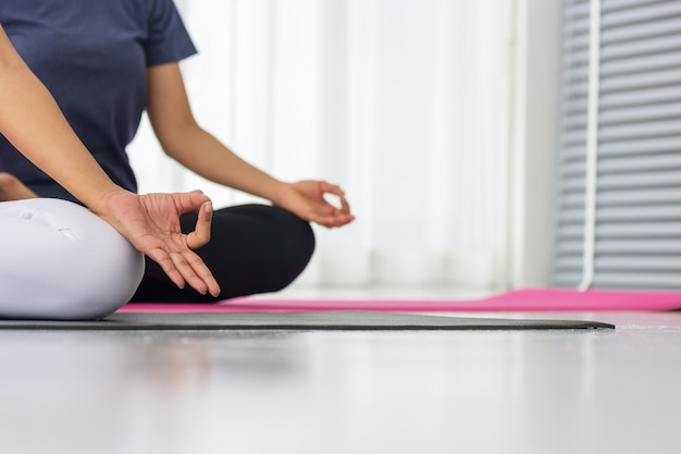 Les professeurs de yoga asiatiques enseignent aux élèves individuellement dans le gymnase à être en bonne santé et forts.