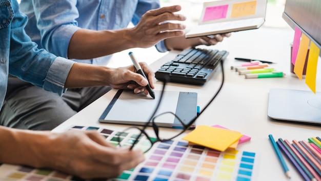 Profession de designer graphique créatif professionnel en choisissant la palette de couleurs