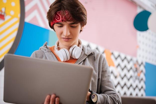 Profession informatique. le spécialiste junior de l'assurance qualité travaillant avec son ordinateur portable