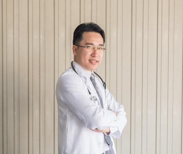 Profession des soins de santé, des personnes et du concept de médecine, médecin stéthoscope blanc