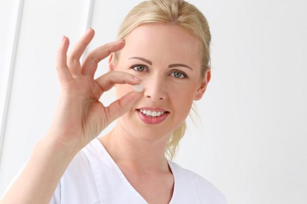 Professionnel. belle cosmétologue avec tablettes