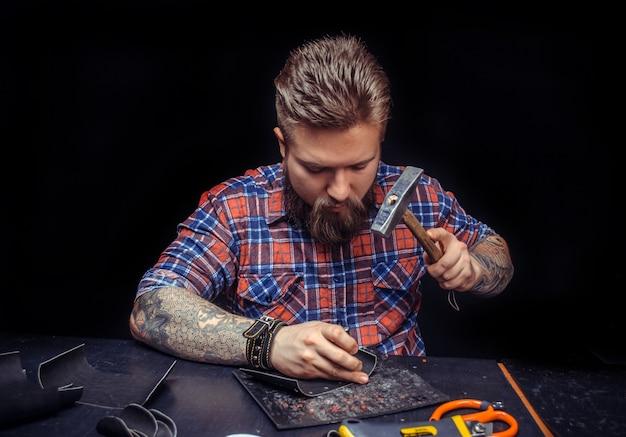Professionnel du cuir fabrication de nouveau produit en cuir en atelier