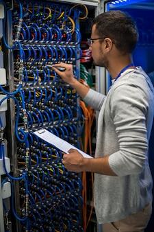 Professionnel de l'informatique travaillant avec des serveurs