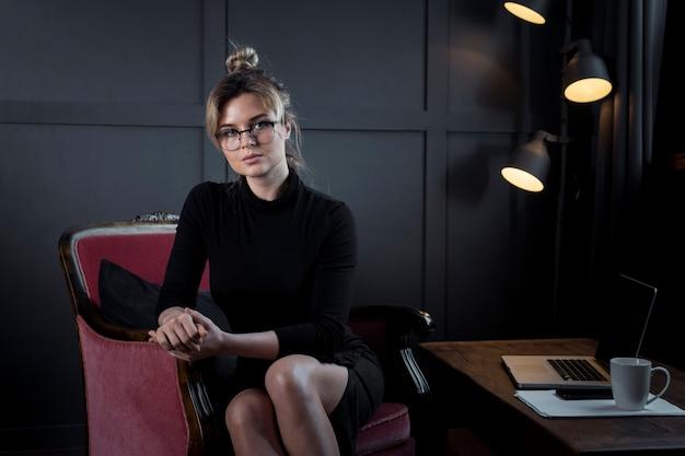 Professionnel jeune femme posant au bureau