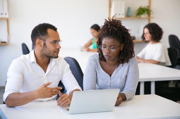 Professionnel professionnel expliquant les détails du projet à un collègue