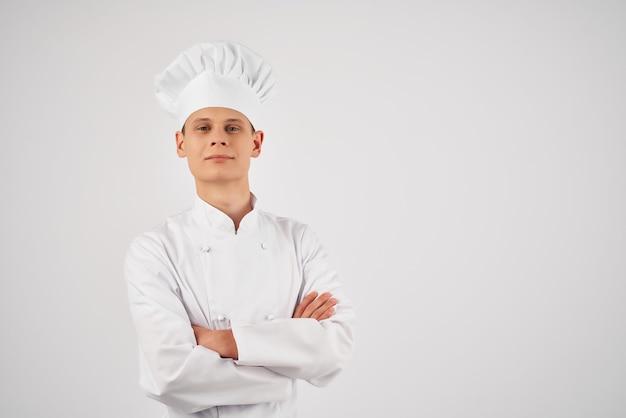 Professionnel de service de travail de cuisine de chef masculin