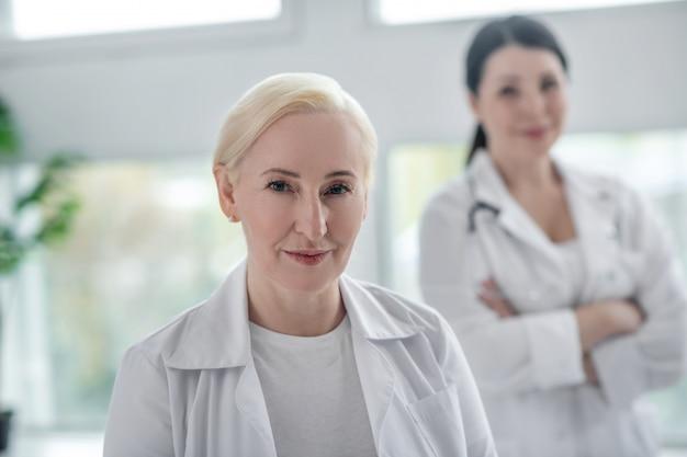Professionnels. deux médecins en robe blanche l'air déterminé