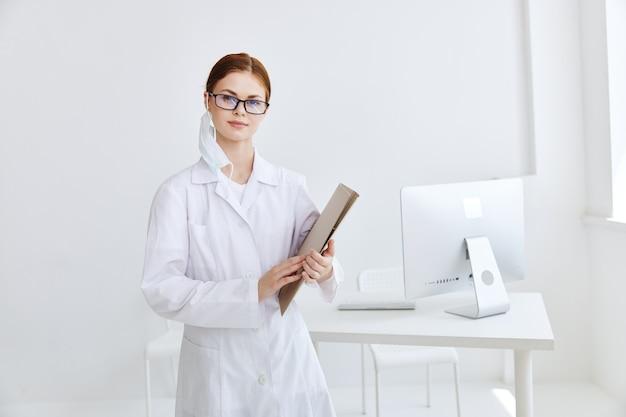 Professionnels hospitaliers de médecine de blouse blanche de docteur féminin