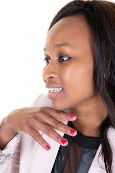 Profil d'une belle jeune femme à la peau foncée souriante mains sur le menton sur fond clair blanc