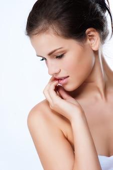 Profil d'une belle jeune femme