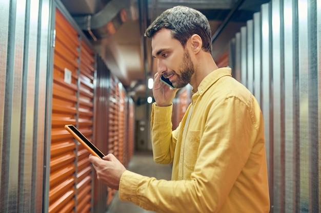 Profil d'homme avec tablette communiquant par smartphone