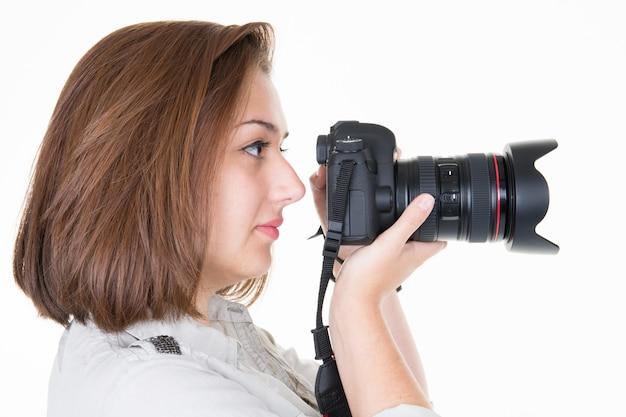 Profil de jolie jeune femme parlant des images sur blanc