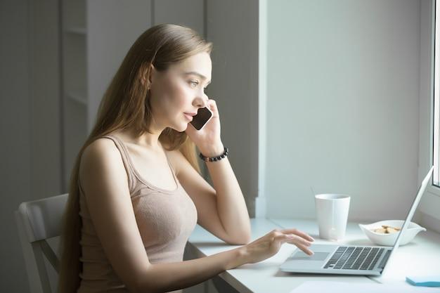 Profil portrait d'une jeune femme, parler au téléphone