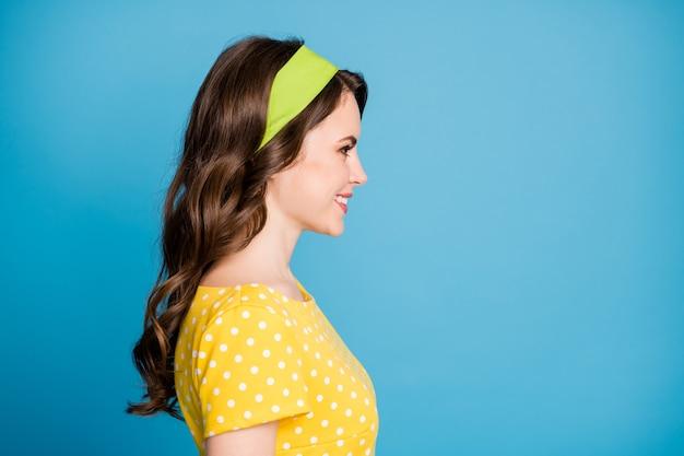 Profil de portrait photo de femme souriante isolée sur fond de couleur bleu clair pastel