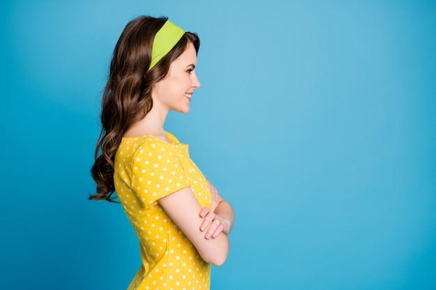 Profil de portrait photo de fille souriante avec les mains jointes isolées sur fond de couleur bleu clair pastel