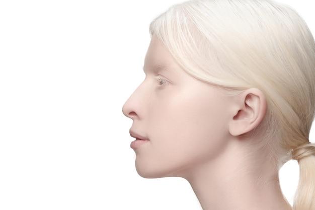 Profil de près. portrait de belle femme albinos isolée sur blanc.