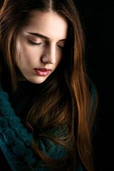 Profil de sensuelle jeune femme avec des lèvres roses