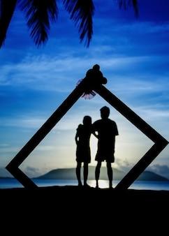 Profils de couple romantique se regardant sur fond de coucher de soleil