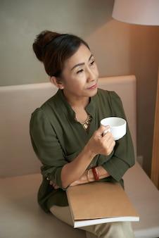 Profitant d'un café noir