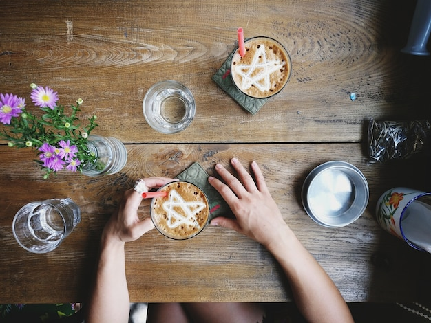 Profitant d'une frappe de glace dans un café