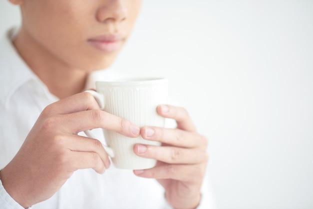 Profitant d'une tasse de café