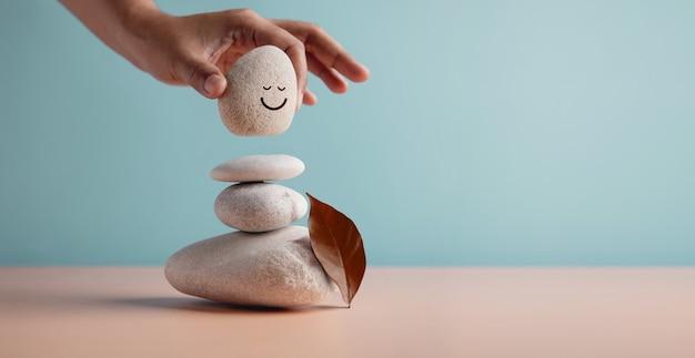 Profiter de l'harmonie du concept de vie et de l'esprit positif main mise en pierre naturelle de galets