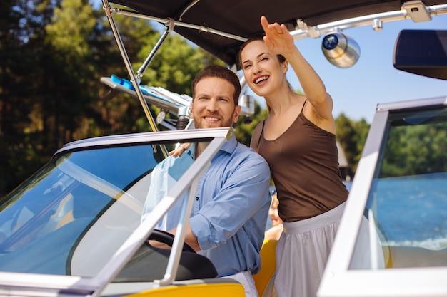 Profiter de la liberté. optimiste, jeune couple, voile, bateau