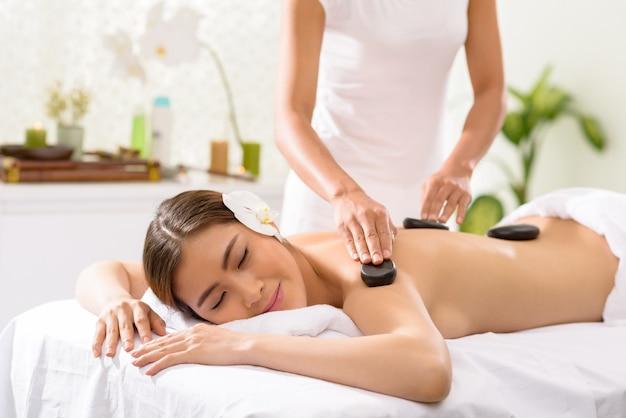 Profiter de massage aux pierres
