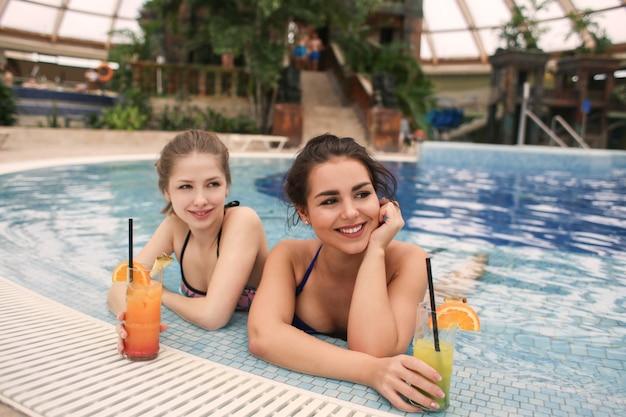 Profiter de la piscine avec un cocktail